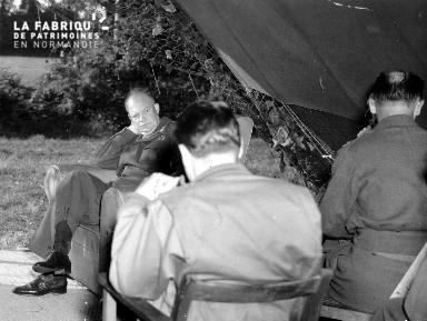 Entretien entre correspondants de guerre et le général Eisenhower