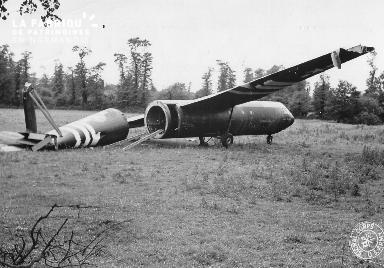 Épave d'un planeur américain au milieu d'un champ