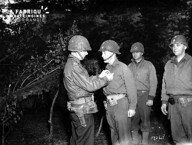 Des soldats américains reçoivent une décoration lors d'une cérémonie.