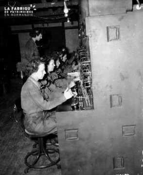 Opératrices - standardistes (Wac : women's army corps) à leurs postes.