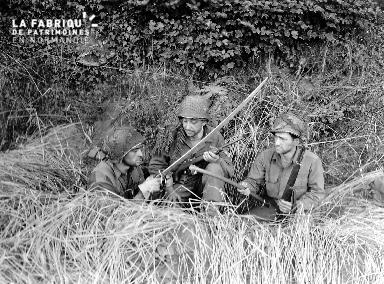 Le 13 aout 1944, le private Di Costa et les privates first class Goldstein et Gagliardi regardent un sabre à Sourdeval.