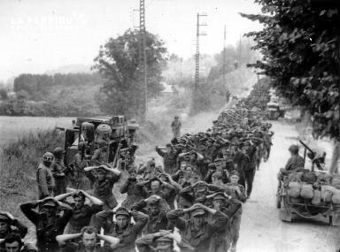 Colonne de prisonniers allemands sous la surveillance de soldats américains