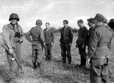 Prisonniers allemands surveillés par des soldats américains