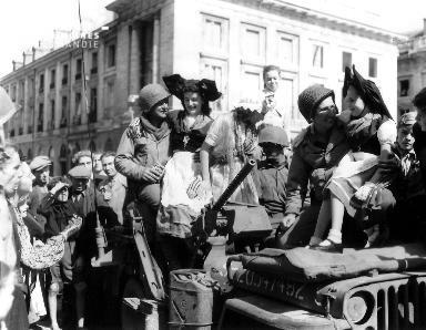 A Reims, des soldats américains sont accueillis favorablement par la population.