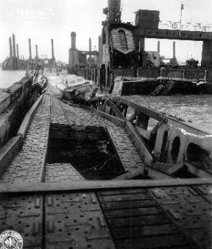 Port artificiel de Saint Laurent sur Mer (secteur Omaha Beach) endommagé après la tempête des 19-21 juin 1944