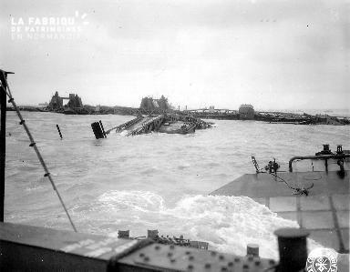 épaves et port artificiel endommagé dans le secteur Omaha beach