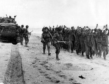 Prisonniers allemands surveillés par des soldats américains dans le secteur Utah Beach