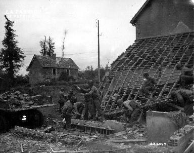 Soldats américains au milieu des décombres le 11 juillet 1944 à Saint-Fromond