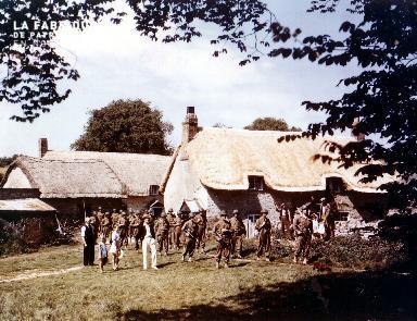 Soldats américains près d'une ferme