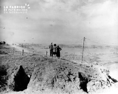 Civils scrutant l'horizon : bateaux et ballons à barrage à perte de vue à Omaha beach