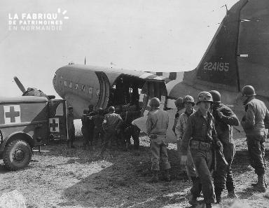 Rapatriement de blessés à bord d'un avion sanitaire (secteur Omaha beach)
