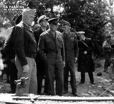 Visite officielle du général Eisenhower à Cricqueville-en-Bessin le 12 juin 1944.