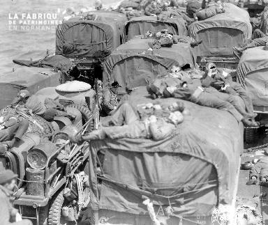Lors de la traversée entre le Royaume Uni et la France, des soldats américains se reposent sur les camions transportés sur un bâtiment