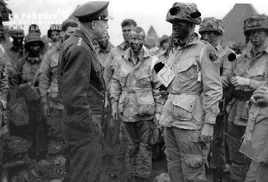 A l'aérodrome de Greenham, le général Eisenhower discute avec le lieutenant Wallace C. Strobel  Common de la compagnie E du 2/502nd PIR de la 101st US AB.
