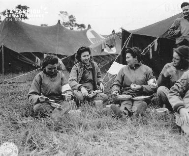 Déjeuner sur l'herbe de femmes militaires américaines