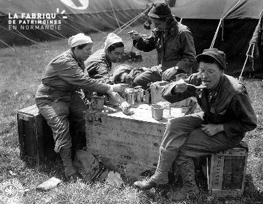 Femmes militaires en pause déjeuner