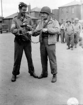 Portrait de deux soldats américains avec des armes allemandes