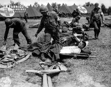 Médecins du 261e bataillon médical secourant les soldats