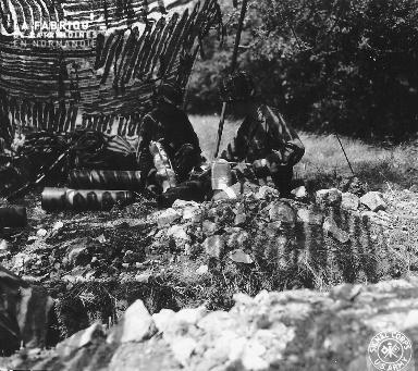 Soldats américains à l'ombre d'une toile de camouflage