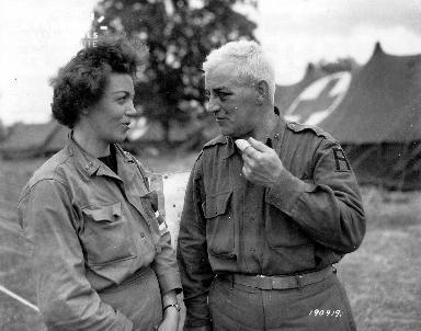 Discussion entre un aumônier militaire et une infirmière