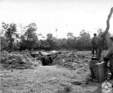 Soldats américains proche d'un abri militaire