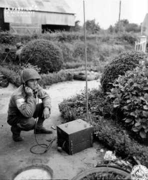 Le soldat William Judd avec une radio