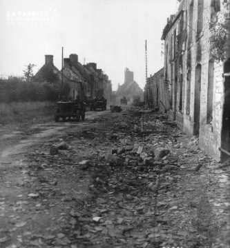 Le 20 juin 1944, des jeeps conduites par des soldats américains traversent Montebourg en ruines