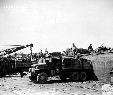 Déchargement de munitions dans un dépôt militaire américain (manutention dans le secteur Omaha  beach)