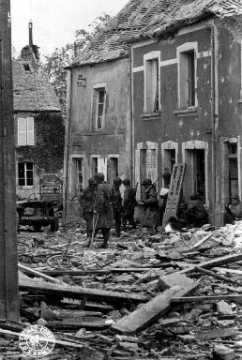 Soldats américains à Saint-Sauveur-le-Vicomte en ruines