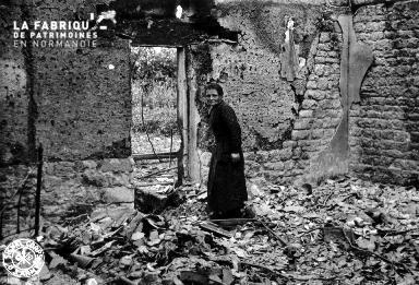 Vieille femme dans les décombres