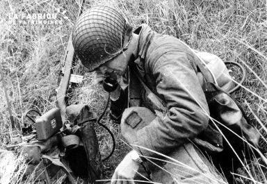Soldat américain en contact radio dans le secteur Utah Beach