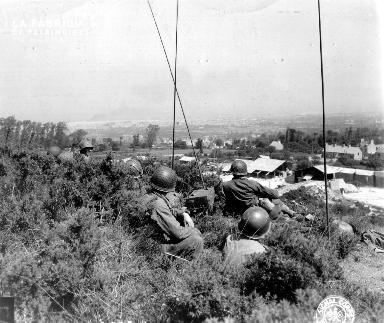 Le 25 juin 1944, soldats américains en poste d'observation à la Glacerie
