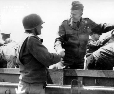 Général Marshall et le soldat Jack Pinho se serrant la main