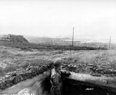 Officier dans un bunker à Tourlaville observant Cherbourg en feu