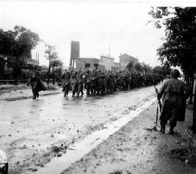 Colonne de prisonniers allemands surveillés par des soldats américains à Cherbourg