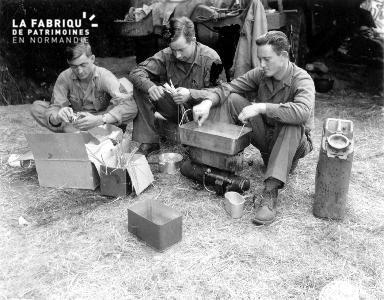 Trois soldats américains en pleine préparation du repas.