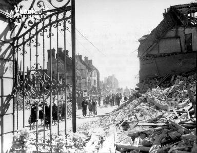 Le 19 juin 1944 à Isigny sur Mer, population civile parmi les décombres