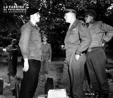 Le général Eisenhower en pleine discussion avec le Sergent Kenneth N. Hougard