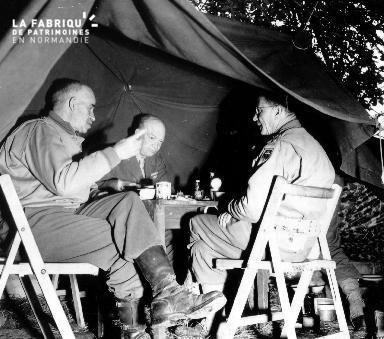 Le général Eisenhower sous une tente de campement à Huanville