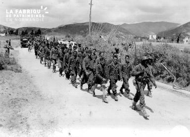 Tirailleurs sénégalais du 12e RTS à la tête d'une colonne de prisonniers italiens.