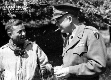 Général Eisenhower en pleine discussion avec le major général Ira T. Wyche