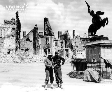 Soldats au pied d'une statue au milieu des ruines.