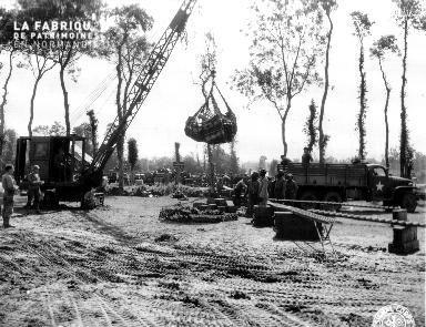 Déchargement de caisses de munitions à Trévières