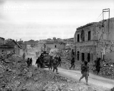 Progression de tirailleurs sénégalais à travers les décombres de Portoferraio (île d'Elbe)