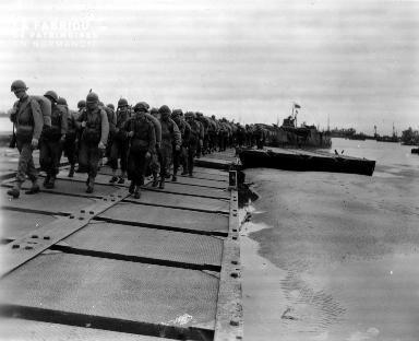 Les renforts débarquent sur le port artificiel de Saint Laurent sur mer (secteur Omaha)