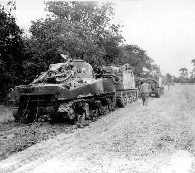 Dans le secteur de Fromond, un char de dépannage remorque deux autres chars de combat en panne
