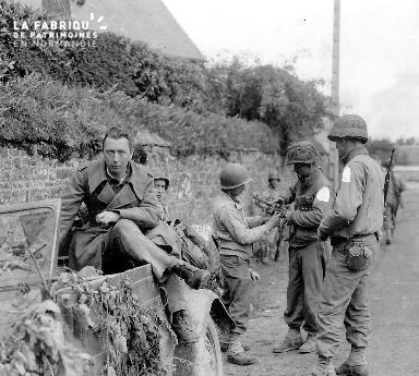 Notre-Dame-de-Cenilly, soldats américains près d'un prisonnier.
