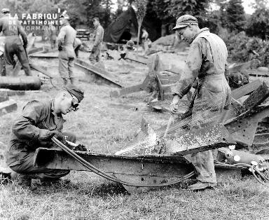 Soldats soudeurs-mécaniciens au travail