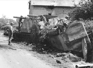Inspection par des soldats américains d'un char de combat allemand le 31 juillet 1944.