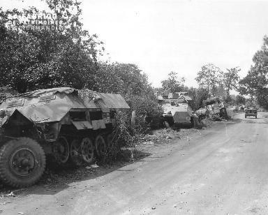 Le 31 juillet 1944, deux soldats américains à bord d' une Jeep.